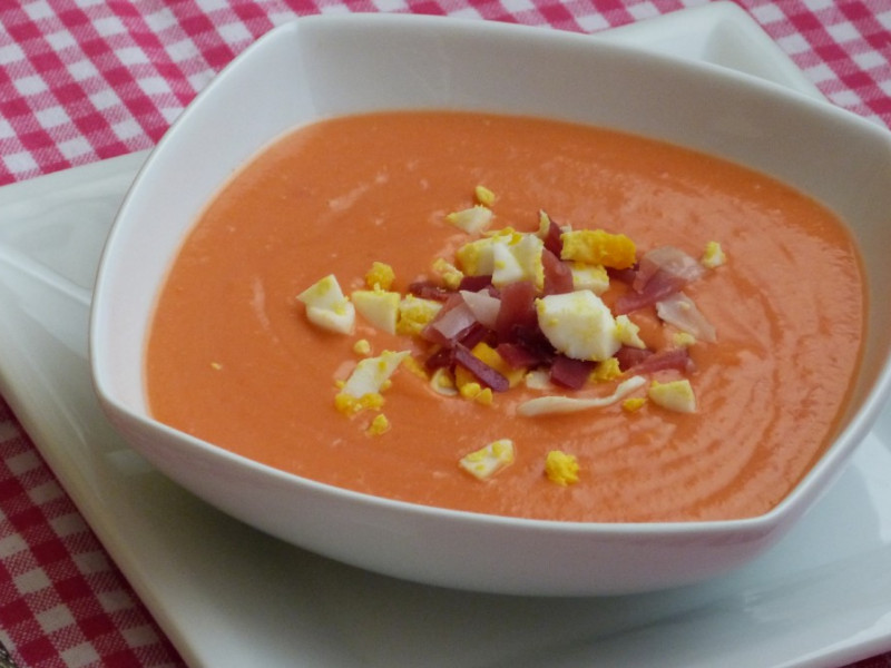 """Eat well and cook little. Original recipes for students: """"Salmorejo"""""""