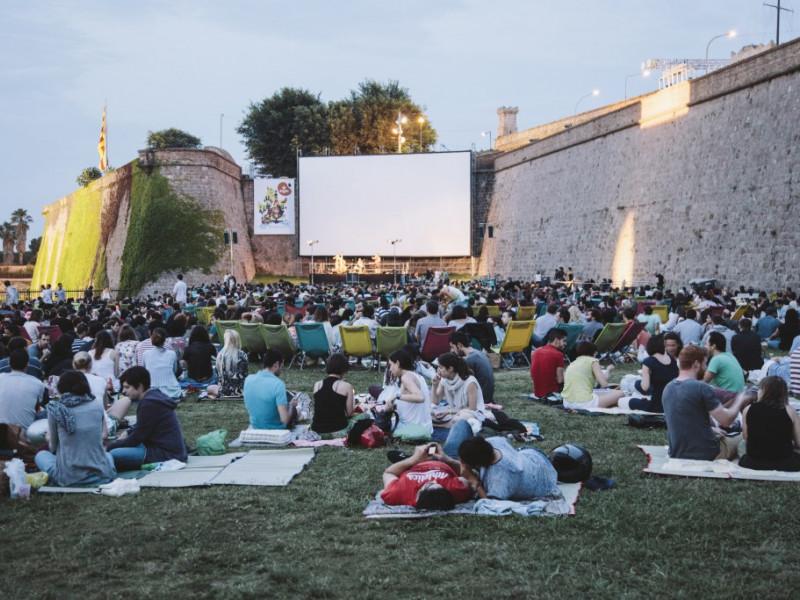 Noches en el Castillo: cine al aire libre, foodtrucks y dj's.